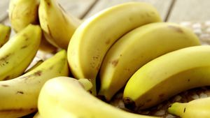 Fresh bananas on wooden plank