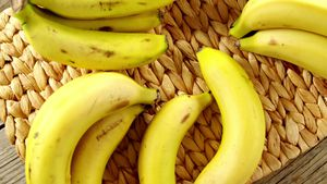 Bananas arranged on place mat