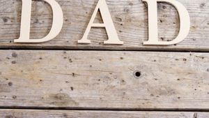 Text dad on wooden plank