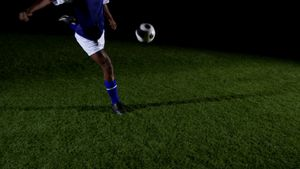 Soccer player kicking the ball 4k