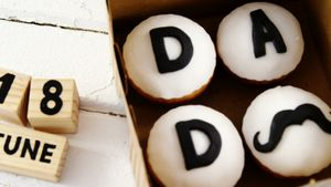 Cupcakes with text dad in a box on wooden plank 4k