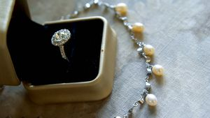 Diamond wedding ring and pearl necklace 4k