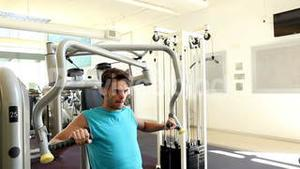 Fit man using the weights machine