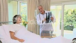 Docteur showing a radio to his patient
