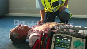 Aid woman trying to reanimate a patient
