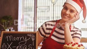 Waitress holding slate with merry x-mas sign in caf̩